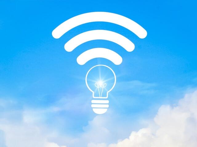 青空にWi-Fiのアイコン