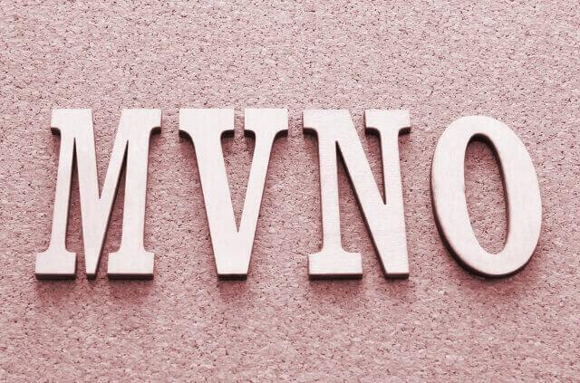 コルク板にMVNO文字